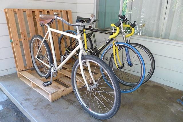 ที่จอดจักรยานจากไม้พาเลต