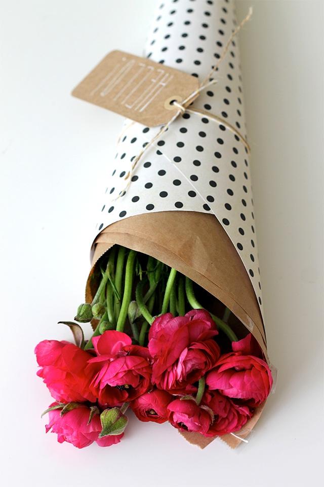 ช่อดอกไม้ห่อกระดาษน้ำตาล ทับกระดาษห่อของขวัญ และผูกเชือก
