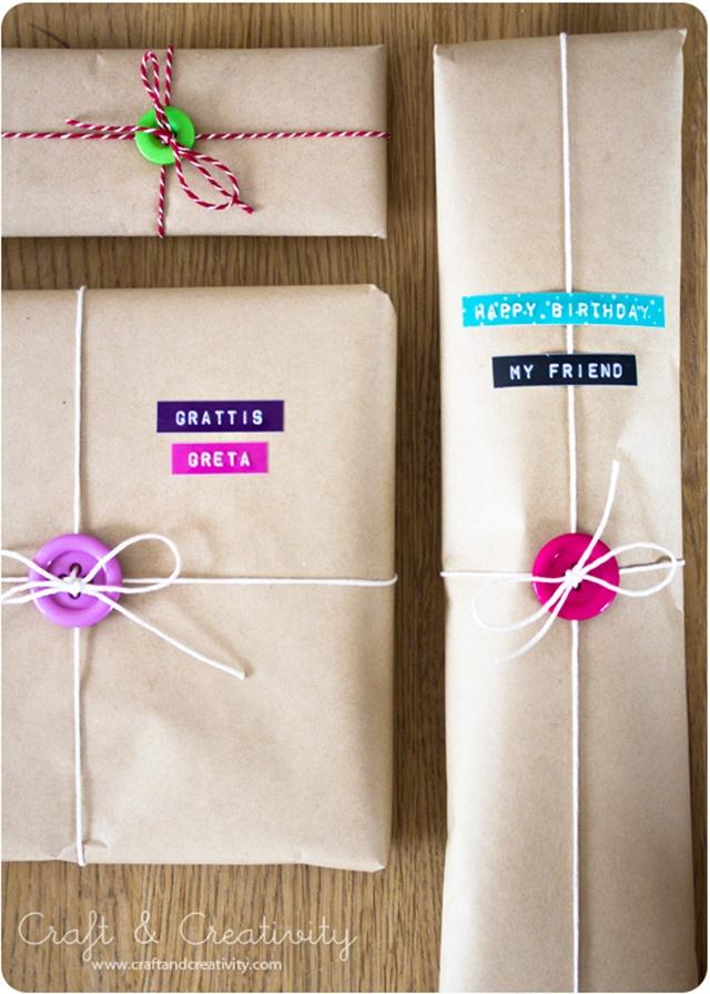 กล่องห่อด้วยกระดาษสีน้ำตาลและติดกระดุมลงบนห่อพร้อมมัดเชือก